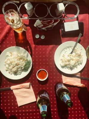 Matkan viimeinen ateria Tolstoi-junan bistrossa.