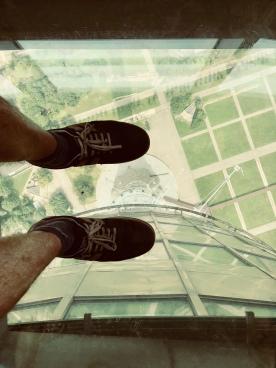 Jos tv-tornin lattiassa on ikkuna, sen päälle kuuluu asettua valokuvattavaksi.